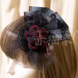 ねじり梅のコサージュ:着用例。 リボンを後ろにして前髪付近に留めると チュールが顔に掛かって良い感じに。 逆向きにリボンを顔のほうにしてもカワイイはず。 (2013.12)