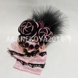 ねじり梅のコサージュ(布リボンver) 絞りのピンクの着物からリボンを作りました。 甘くなりすぎないようにピンク×ブラックでまとめて。 長めのリボンが下に下がるデザインに。 (2014.10)
