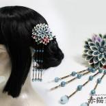 少し大きめの菊花簪。 ビラ飾りに見立てたビーズの下がりが横一列に並びます。 下がりを取り外せば正統派簪に。 (2013.04)