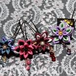 星花かんざし4カラー。 左から花浅葱、牡丹、赤藤、藤紫。 藤紫は旧作なのでサイズなど仕様が異なります。以前納品した「初」のver違いです。 (2014.05)