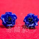 約2cm。小さなブルーローズのイヤーアクセサリー。 つまみ細工の庚申薔薇の技法です。 (2013.01)
